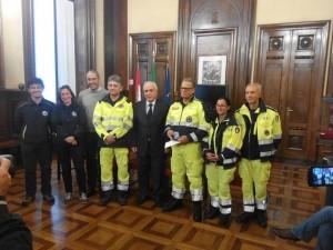 Il Sindaco di Monza Roberto Scanagatti (a centro nella foto) ha consegnato al volontario della Protezione Civile