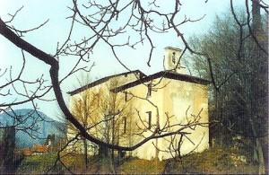 La chiesa La chiesa di San Bartolomeodi San Bartolomeo sorge in località Castello, una piccola frazione che sta tra S. Rocco e Novegolo, sotto Robbianico.