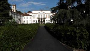 La Villa Mirabello fu costruita per volere del conte Giuseppe Durini tra il 1666 e il 1675 su disegno di Gerolamo Quadrio, uno dei maggiori architetti della seconda metà del Seicento