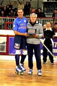 Franco Girardelli premia l'ex compagno Rigo, oggi allenatore e giocatore del Trissino