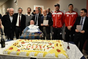 Alla festa per i due anni del Progetto SLAncio per i malati di SLA arriva a sorpresa anche il Monza 1912 per portare la torta al neo giornalista Luigi Picheca, malato di SLA, autore di un libro