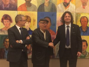 Umberto Pettinicchio stringe la mano al Presidente della BCC di Lesmo Carlo Maria Beretta. A sinistra, il neo direttore della BCC Annibale Bernasconi