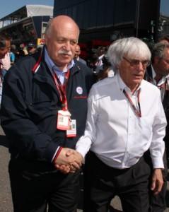 Federico Bendinelli stringe la mano a Bernie Ecclestone