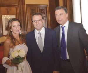 Il giorno delle nozze in Comune a Monza con al fianco la moglie Silvia Colombo e l'amico Dario Allevi