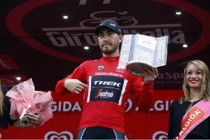 Giacomo Nizzolo sul podio del 99° Giro d'Italia con la maglia rossa