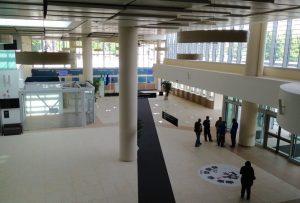 Gli ampi spazi all'interno dell'avancorpo d'ingresso dell'Ospedale San Gerardo