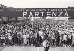 Marcia non competitiva Formula Uno, Romolo Tavoni (con il cartello in mano) si appresta a dare il via alla manifestazione