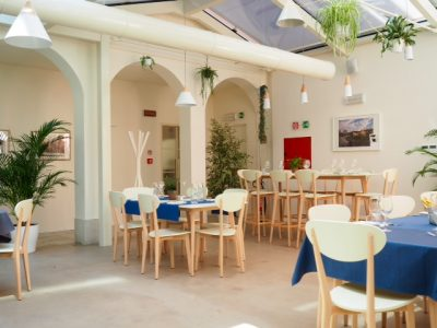 Una parte del luminoso salone del ristorante Bue d'Oro