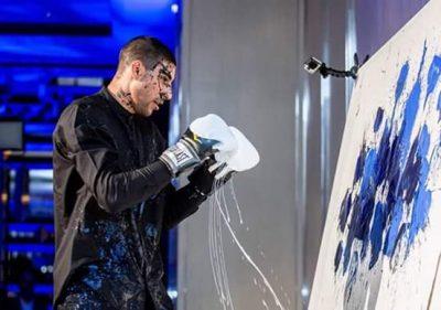 Hassan mentre lotta con la tela - courtesy of Fondazione Maimeri