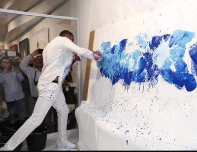 Omar Hassan mentre dipinge - courtesy of Fondazione Maimeri