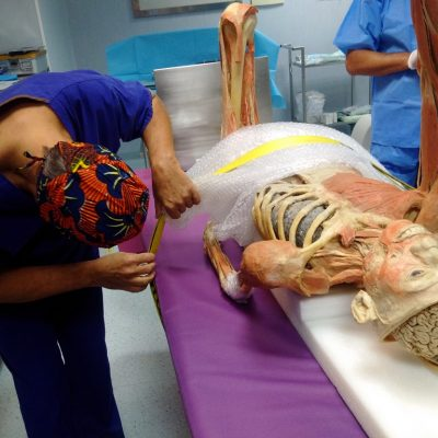 I dottori del Galeazzi di Milano intenti ad operare la mummia di Real Bodies, l'esposizione dedicata al corpo umano