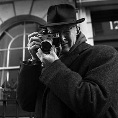 Henri Cartier Bresson con la sua Leica - courtesy of Leica