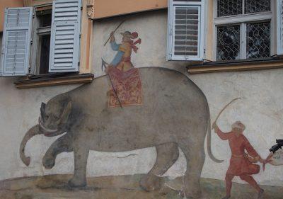 Bressanone, Soliman l'elefante in un affresco all'ingresso del famoso hotel