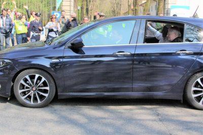 Papa Francesco saluta dall'automobile - Foto di Elizabeth Gaeta