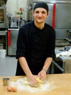 Il giovane chef Emanuele Garofalo al lavoro