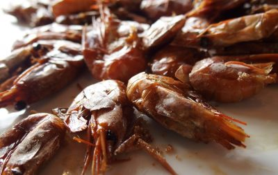I gustosi gamberi affumicati che in Svezia accompagnano gli aperitivi