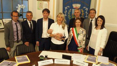 Foto di gruppo dopo la firma, con tanto di bebè portafortuna