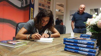 Tamara autografa i suoi libri sotto lo sguardo di Sergio Longoni