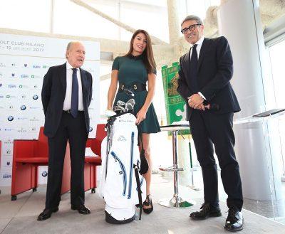 Ilaria D'Amico omaggiata di una sacca da golf completa di mazze dal presidente della Federazione Franco Chimenti, a fianco del Direttore Generale del Progetto Ryder Cup 2022 Gian Paolo Montali