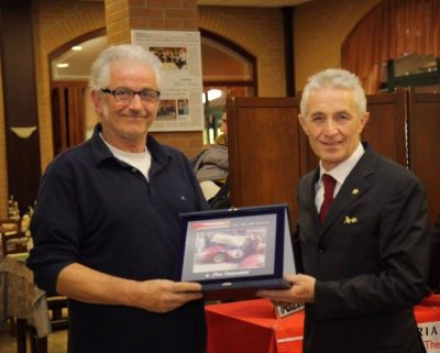 Peo Consonni (a sinistra) premiato dal Presidente del Ferrari Club Vedano al Lambro