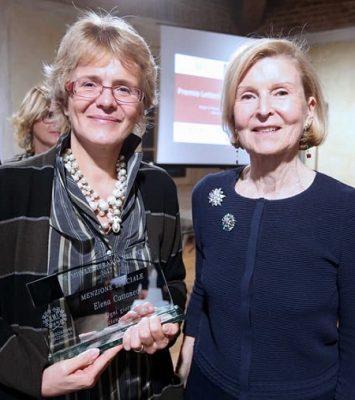 Elena Cattaneo, menzione speciale del Premio Letterario Brianza 2017 con la Presidente Gianna Parri (a destra)