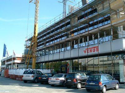 Alcuni immagini che sintetizzano la storia della concessionaria Venus di Monza. Qui sopra il cantiere alla sede di viale Sicilia