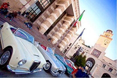 Il raduno nelle autostoriche in piazza Vittoria a Brescia