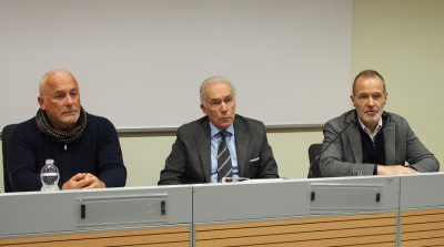 Da destra nella foto: Salvatore Casari,direttore della struttura complessa malattie infettive ASST Mantova; Gianni Gattuso, presidente del convegno nazionale ANLAIDS onlus; Mauro Longhi, presidente ANLAIDS Mantova