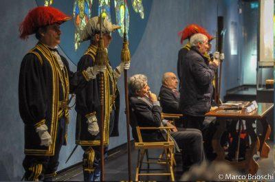 In primo piano gli Alabardieri del Duomo di Monza mentre interviene Monsignor Provasi, arciprete di Monza, con al fianco Franco Gaiani e il capo alabardiere sergente Villa
