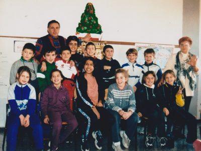 Nick Di Cuonzo, versione bidello-custode con alcuni dei suoi tanti allievi della scuola De Amicis di Monza