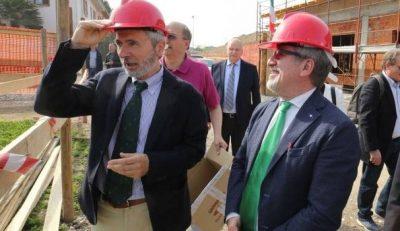 Il direttore della Coop La Meridiana di Monza Roberto Mauri con il presidente della Regione Lombardia Roberto Maroni